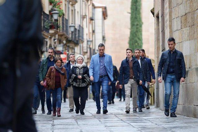 El president del Govern central en funcions, Pedro Sánchez passeja per Salamanca, 23 d'octubre del 2019.