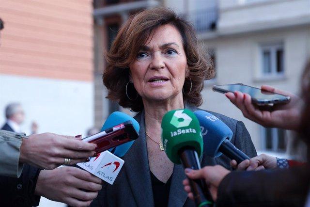 La vicepresidenta del Govern central, Carmen Calvo, davant els mitjans en una imatge d'arxiu.