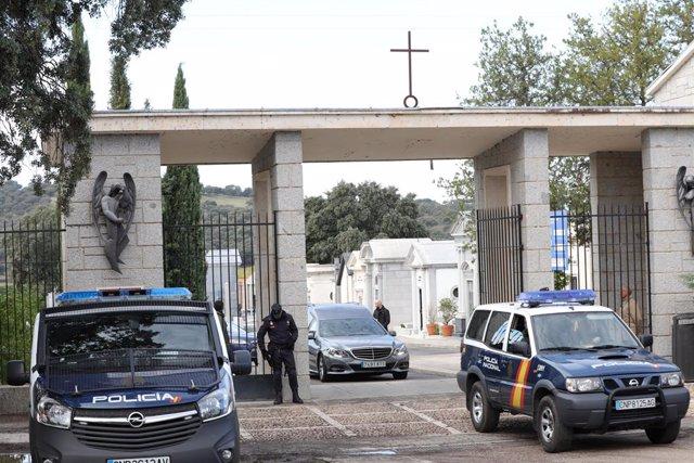 El cotxe fúnebre que traslladarà les restes mortals de Francisco Franco surt del cementiri de Mingorrubio.