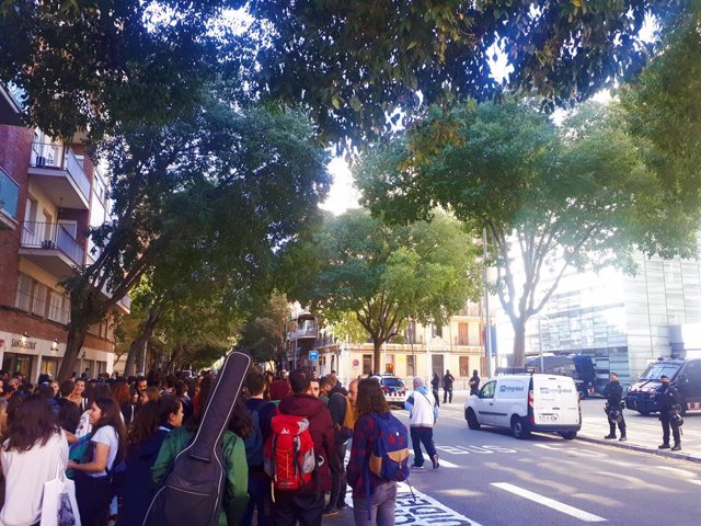 """Estudiants es concentren davant la comissaria de les Corts de Mossos i llancen arròs pel seu """"matrimoni"""" amb l'Estat."""