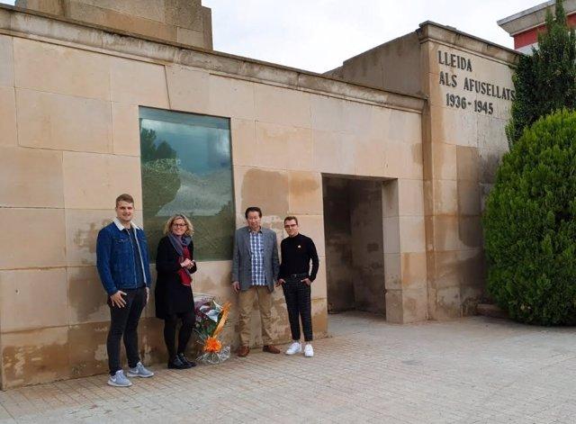 Montse Mínguez i militants del PSC al cementiri de Lleida.