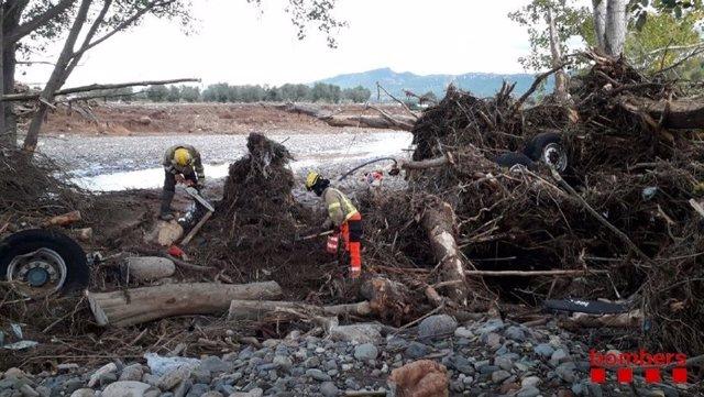 Els Bombers de la Generalitat busquen un cinquè desaparegut pel temporal a l'Espluga de Francolí (Tarragona).