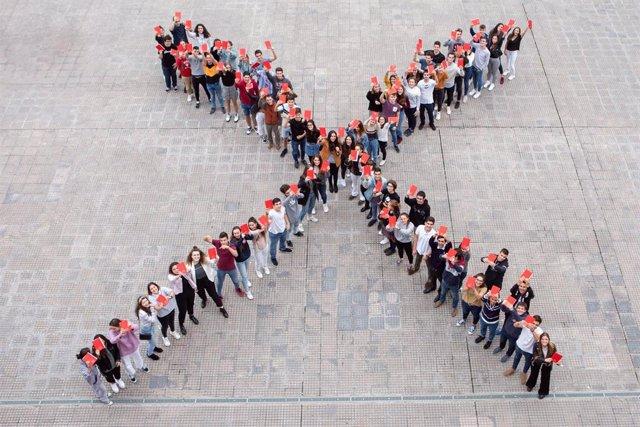 Los participantes conmemoran el X aniversario del Torneo de Debate de Bachillerato.