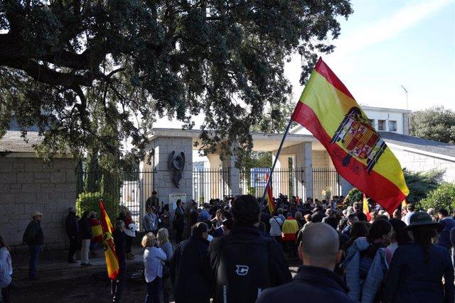 Concentració de nostàlgics del franquisme -portant banderes d'Espanya i de la dictadura- en el cementiri del Pardo-Mingorrubio abans de la inhumació de Francisco Franco a El Pardo (Madrid, Espanya), 24 d'octubre del 2019.
