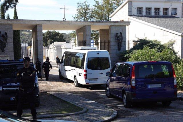Entrada de vehicles al cementiri de la comitiva i familiars per a la posterior reinhumación del cos de Franco, en El Pardo (Madrid, Espanya), a 24 d'octubre del 2019.