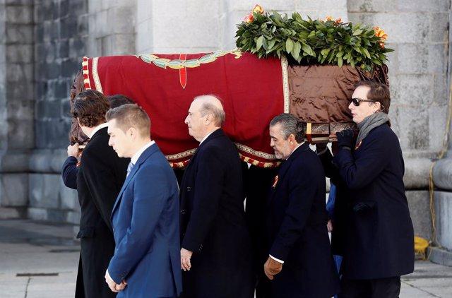 Els nets de Francisco Franco, Francis Franco (e) i Jaime Martínez Bordiú (c) porten el fèretre del dictador després de l'exhumació i abans del seu traslladat al cementiri de Mingorrubio