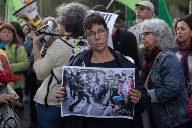 Manifestación 'Pels drets i les llibertats, prou repressió: No toqueu el nostre jovent!' convocada por Intersindical-CSC, UstecStes, sindicatos estudiantiles, ANC y Fapac en la plaza Universitat