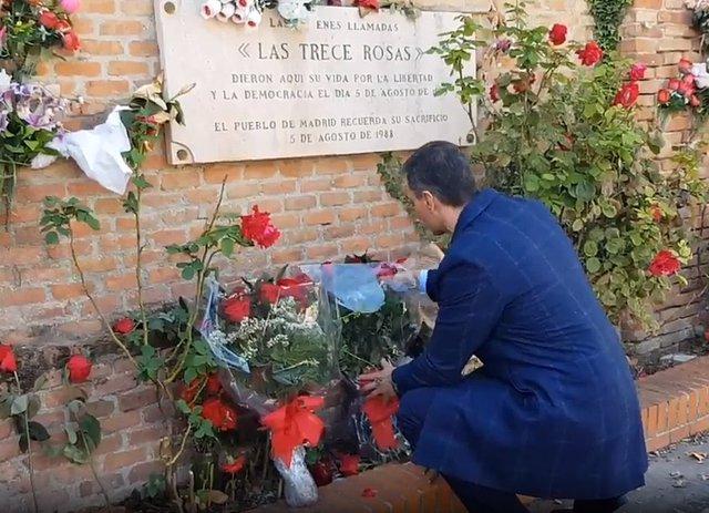 El presidente del Gobierno, Pedro Sánchez, deposita un ramo de rosas en la tumba de 'las 13 rosas'