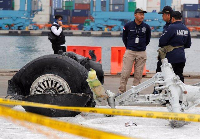 Policías analizan restos del avión del vuelo JT610 de Lion Air
