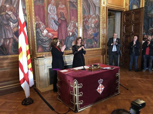 Presa de possessió de Francina Vila com a regidora, amb l'alcaldessa de Barcelona Ada Colau