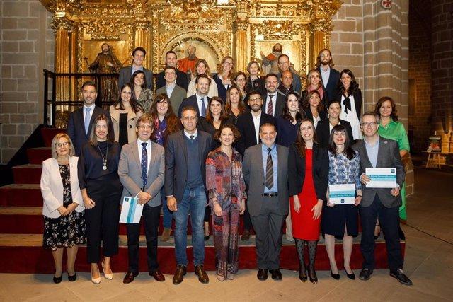 La presidenta saliente, la Dra. Ruth Vera, y el coordinador de la Comisión de Becas, el Dr. Miguel Ángel Seguí, y el ciclista navarro Miguel Induráin, en la catedral Santa María la Real de Pamplona.