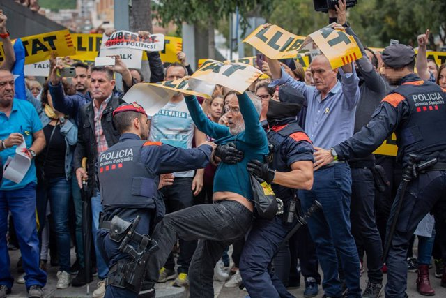Agents dels Mossos d'Esquadra s'emporten un dels concentrats davant l'Hospital de Sant Pau durant la visita del president del Govern central, Pedro Sánchez,  Barcelona (Espanya)