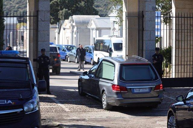 Entrada al cementerio de El Pardo-Mingorrubio de vehículos de la comitiva y familiares para la posterior reinhumación del cuerpo de Franco, en El Pardo (Madrid, España), a 24 de octubre de 2019.