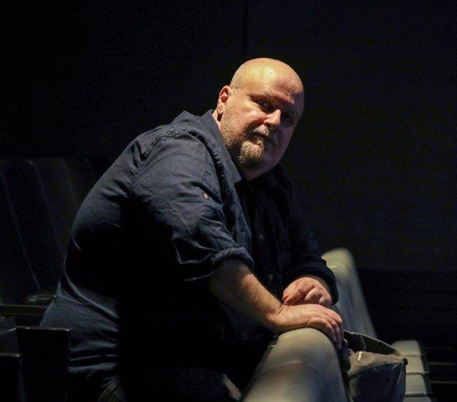 El cineasta Álex Proyas, antes de comenzar su entrevista en la sala Berlanga, en Madrid, a 23 de octubre de 2019.