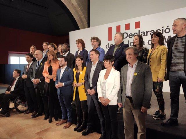 Arnaldo Otegi (Bildu), Marta Vilalta, el vicepresident, Pere Aragonès (ERC), el conseller Jordi Puigneró, Laura Borràs (JxCat) al costat de dirigents de partits independentistes de tot l'Estat