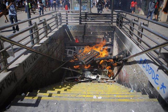 Incendio en la entrada a la estacion de metro Baquedano