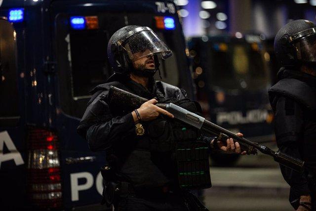 Un policia a l'Aeroport de Barcelona-el Prat, on s'ha produït una protesta per la sentència del Tribunal Suprem sobre el judici del procés, a Barcelona (Espanya), a 14 d'octubre de 2019.