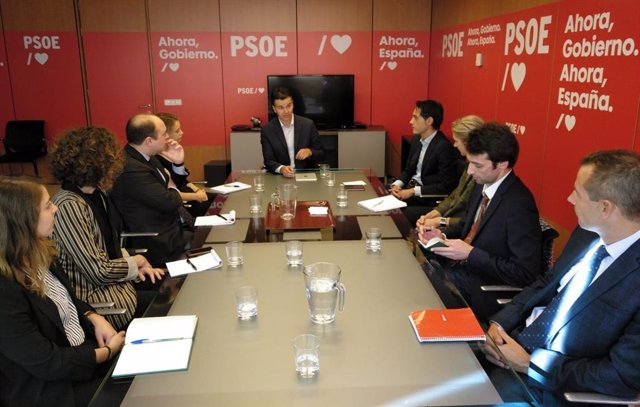 El secretari de Relacions internacionals del PSOE, Héctor Gómez, amb representants d'Ambaixades.