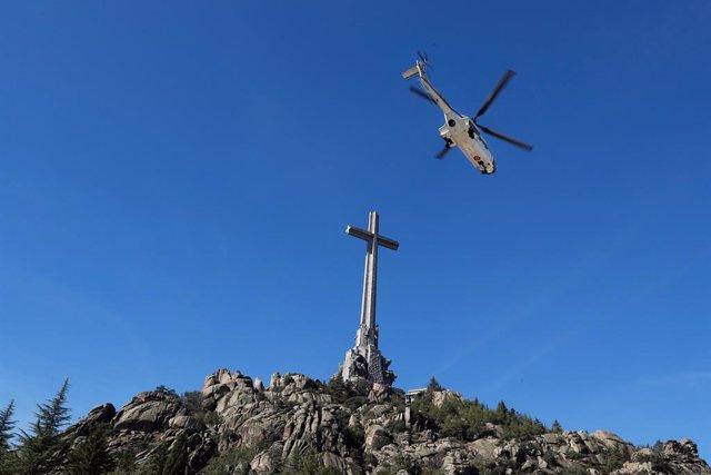 L'helicòpter que trasllada les restes mortals de Francisco Franco.