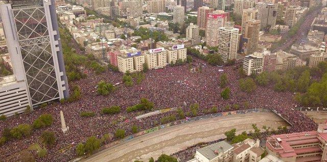 Chile.- Más de un millón de personas se manifiestan de forma pacífica en Santiag