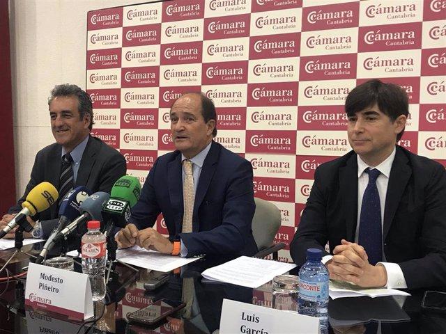 El consejero Francisco Martín, el presidente de la Cámara, Modesto Piñeiro, y el consejero delegado de Erzia y nuevo presidente del Clúster de la Industria de Defensa, Luis García