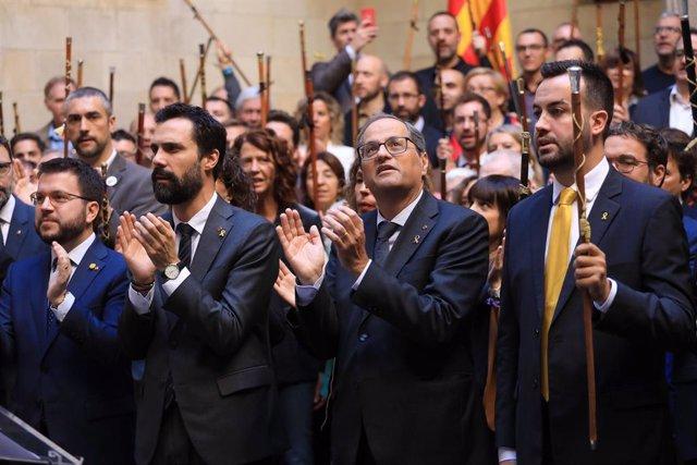 Acte de centenars d'alcaldes a la Generalitat contra la sentència del procés independentista, amb el president Quim Torra, el vicepresident Pere Aragonès, el president al Parlament Roger Torrent, Lluís Soler (ACM) Josep Maria Cervera (AMI) el 26/10/2019.