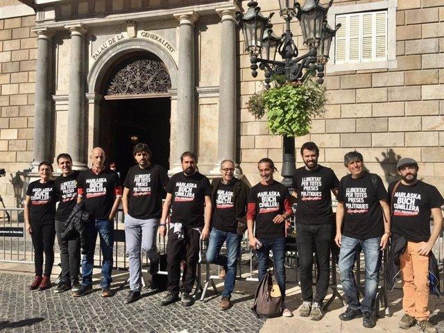 Ramon Vancells i altres alcaldes de la CUP amb la samarreta 'Marlaska / Buch / Cunillera / Prou repressió!' acudeixen a l'acte de la Generalitat amb alcaldes contra la sentència del procés independentista el 26 d'octubre de 2019.