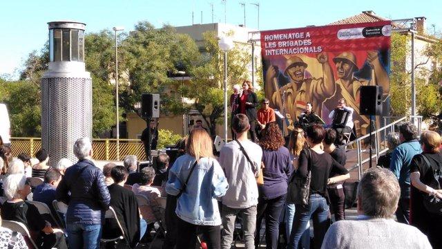 L'alcaldessa de Barcelona, Ada Colau, participa en l'homenatge a les Brigades Internacionals.