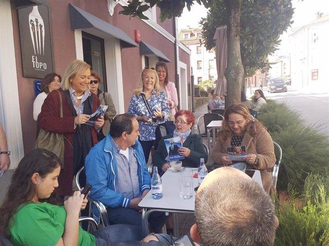 La candidata del PP al Senado por Asturias, Mercedes Fernández, reparte información electoral en Noreña.