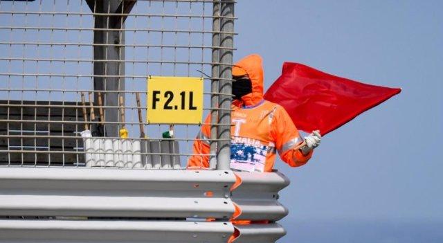 Un comissari mostra la bandera vermella a la FP4 de MotoGP al Gran Premi d'Austràlia.
