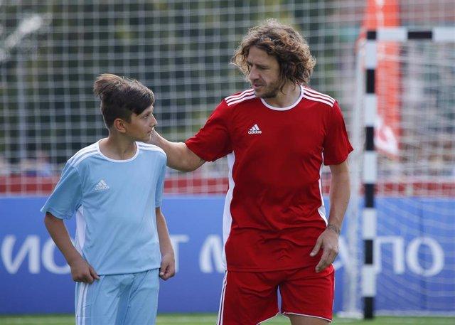 Carles Puyol con un niño con motivo del Mundial de Rusia
