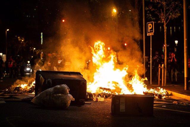 Foguera al centre de Barcelona en els disturbis després de dispersar-se una concentració davant la Prefectura de Policia contra l'actuació policial en altercats després de la sentència del processo independentista, el 26 d'octubre de 2019