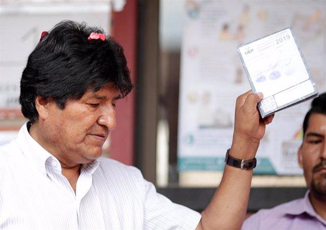 Evo Morales vota en las elecciones de Bolivia