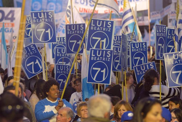 Simpatizantes del candidato opositor Luis Lacalle Pou en Uruguay