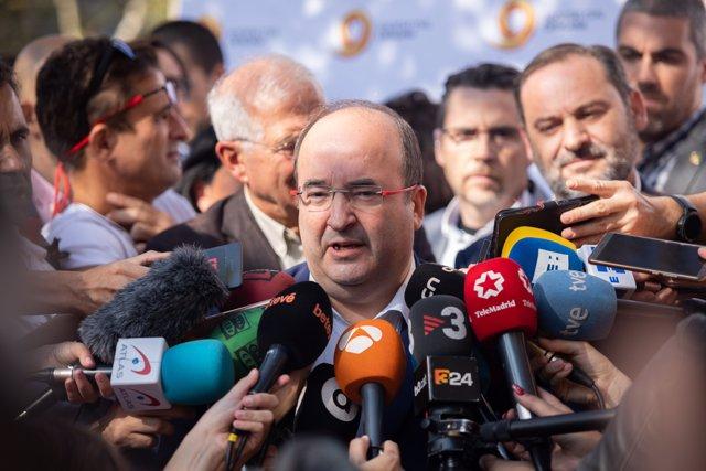 Miquel Iceta  (PSOE) hablando con los medios durante una manifestación de Sociedad Civil Catalana contra el 'procés', en Barcelona (Cataluña, España), a domingo 27 de octubre de 2019.