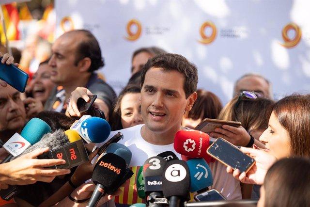 Albert Rivera  (Cs) parlant amb els mitjans durant una manifestació de Societat Civil Catalana contra el 'procés', a Barcelona (Catalunya, Espanya), a diumenge 27 d'octubre de 2019.
