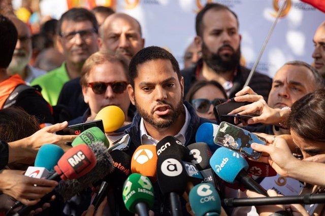El diputat de Vox Ignacio Garriga atén els mitjans de comunicació durant la manifestació de Societat Civil Catalana sota el lema 'Per la concòrdia, per Catalunya: Prou!', a Barcelona (Catalunya/Espanya) a 27 d'octubre de 2019.