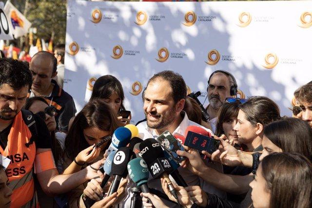 El president de Societat Civil Catalana, Fernando Sánchez Costa, atén els mitjans de comunicació durant la manifestació sota el lema 'Per la concrdia, per Catalunya: Prou!', a Barcelona (Catalunya/Espanya) a 27 d'octubre de 2019.