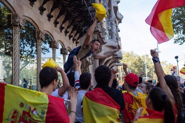 Participants de la manifestació de Societat Civil Catalana sota el lema 'Per la concòrdia, per Catalunya: Prou!' retiren un llaç groc, a Barcelona (Catalunya/Espanya) a 27 d'octubre de 2019.