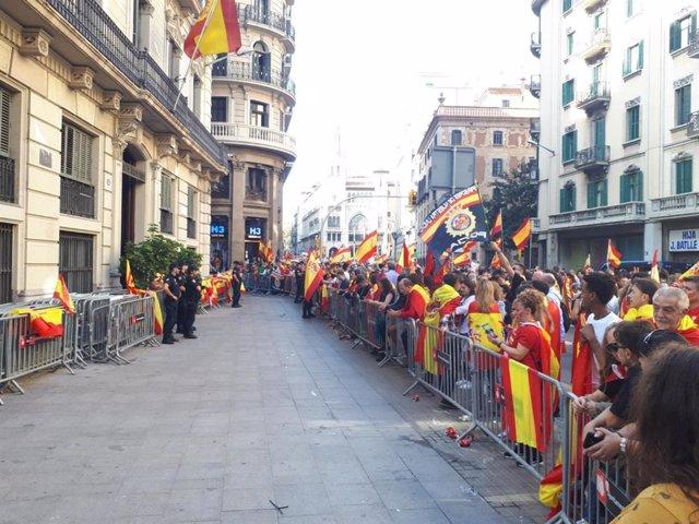 Concentrats davant la Prefectura de Policia Nacional a Barcelona en suport a l'actuació policial durant els disturbis després de la sentència del procés independentista, a la Via Laietana, el 27 d'octubre de 2019.
