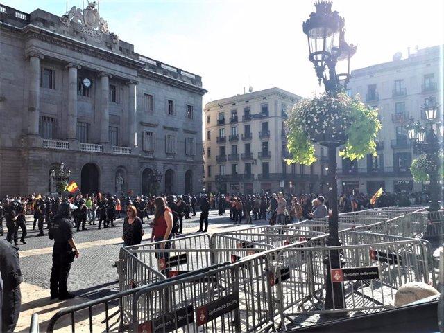 Concentració constitucionalista enfront d'una independentista a la plaça Sant Jaume de Barcelona, dividides per un cordó policial de Mossos d'Esquadra, el 27 d'octubre de 2019.