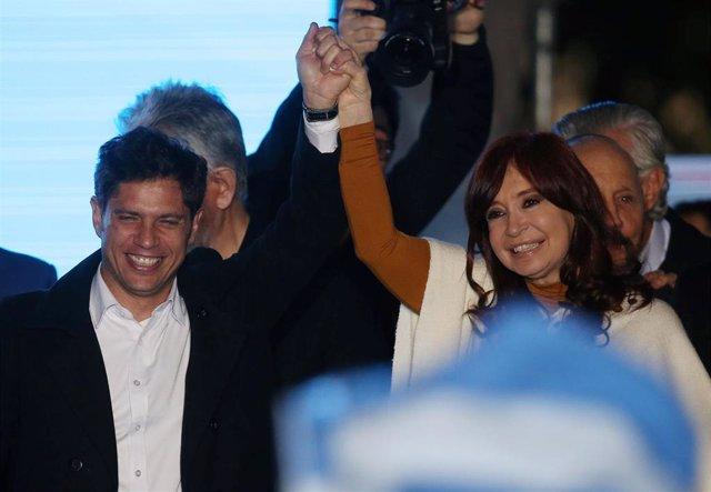 El nuevo gobernador de Buenos Aires, Axel Kicillof, junto a la expresidenta de Argentina Cristina Fernández de Kirchner