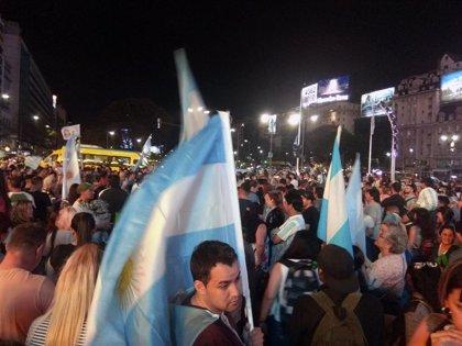 Argentina.- Cientos de personas se reúnen en el Obelisco de Buenos Aires para celebrar la victoria de Alberto Fernández