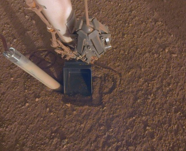 Expulsión del sensor térmico de InSight durante los trabajos de perforación en Marte