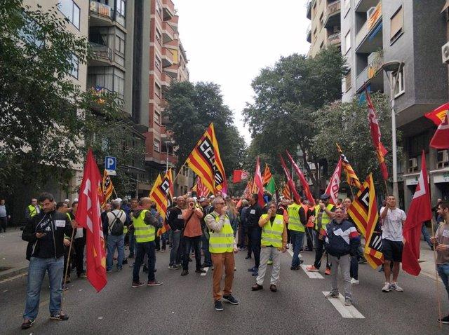 Els treballadors convocats per CCOO i UGT han tallat el carrer Sepúlveda davant de la seu de la Direcció General de Relacions Laborals i Qualitat en el Treball.