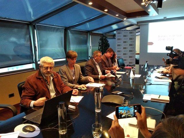 Ignasi Arbusà, director de prestacions de la CASS, Joaquima Sol, directora general de la CASS, Jean M. Rascagneres, president del consell d'administració de la CASS, Josep Delgado, president de la comissió gestora del FRJ, i Eulàlia Orobitg, directora.