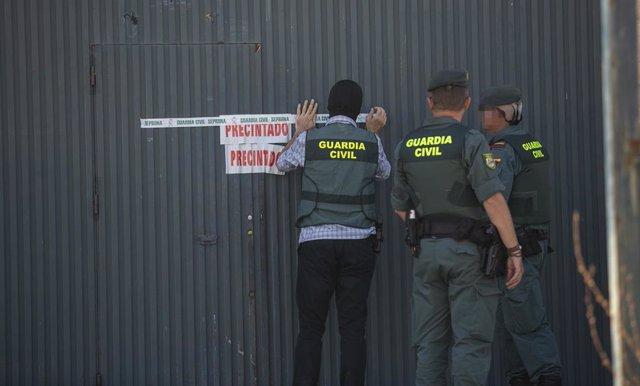 La guardia civil precinta la nave de Magrudis tras el registro.
