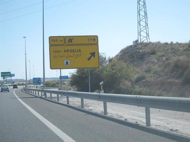 Cartel indicador de la salida para ir al buque que realiza el Paso Del Estrecho en Alicante, de archivo.