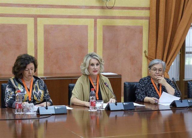 Secretaria de Acción Sindical de Iniciativa Sindical Andaluza (ISA), Rocío Luna, en el centro de la imagen, este lunes en el Parlamento de Andalucía.