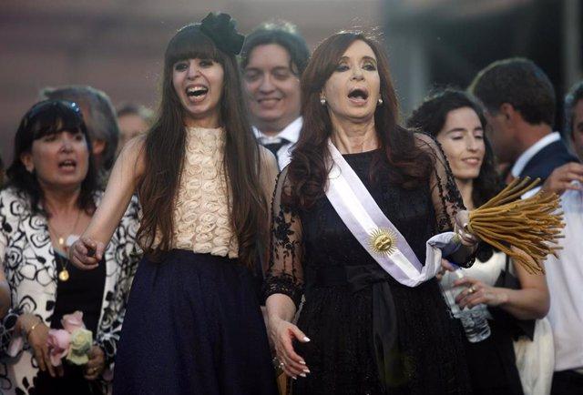 La ex presidenta argentina Cristina Fernández de Kirchner y su hija, Florencia